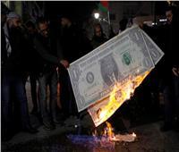 ردًا على خطته.. متظاهرون فلسطينيون يحرقون صورة «ترامب» في رام الله