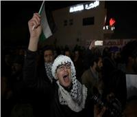 بالصور  مظاهرات بالقرب من السفارة الأمريكية بالأردن اعتراضا على خطة ترامب