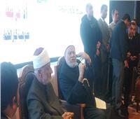 صور| حضور ندوة علي جمعة يرفعون أيديهم بعد انتهائها.. فما السبب؟