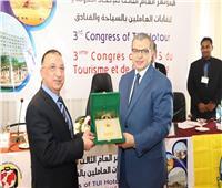 «سعفان» ومحافظ الإسكندرية يتبادلان الدروع في افتتاح مؤتمر العاملين بالسياحة