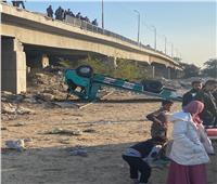 إصابة سائق في انقلاب سيارة من أعلى كوبري بالإسماعيلية