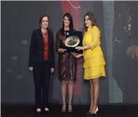 صور| رانيا المشاط تحصل على جائزة التميز عن فترة توليها وزارة السياحة