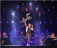 عمرو دياب يتألق في جدة وسط الآلاف ويعلن عن مفاجآت ألبومه الجديد
