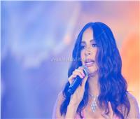 صور| على بيانو نادر حمدي.. آمال ماهر تُطرب جمهور «عيد الحب»
