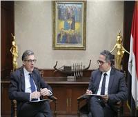 وزير السياحة والآثار يستقبل سفير بريطانيا لبحث التعاون المشترك