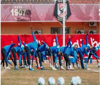 لحظة وصول لاعبي الأهلي للمران المغلق بملعب الوحدة