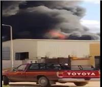 صور| حريق هائل بمصنع مواد تعبئة في برج العرب