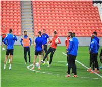 لاعبو الأهلي يستقبلون ملعب المباراة بقراءة الفاتحة