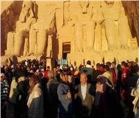 بحضور 5 آلاف سائح| محافظ أسوان يشهد تعامد الشمس على وجه الملك رمسيس