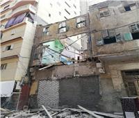 انهيار جزئي لعقار من 3 طوابق بالإسكندرية.. صور