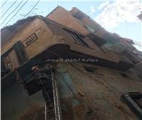 انهيار بلكونة بسبب الأمطار في مدينة زفتى