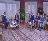 وزير الطيران المدني يستقبل سفير بريطانيا بالقاهرة