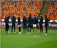 لاعبو الأهلي ينزلون أرضية الملعب وحكم المباراة ينتظر الزمالك