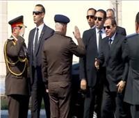 لحظه وصول الرئيس السيسي مسجد المشير لحضور جنازة مبارك.. فيديو