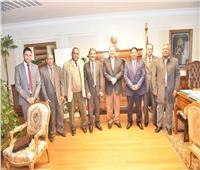 محافظ أسيوط يلتقي وفدًا من بنك مصر لبحث سبل التعاون والمشاركة المجتمعية