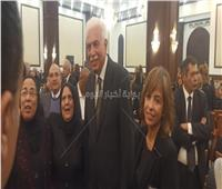 أحمد نظيف يلتقط صورا تذكارية مع الحاضرين في عزاء الرئيس الراحل مبارك