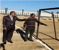 رئيس «طور سيناء» يتابع تنفيذ ملعب كرة القدم الشاطئية بـ«الفيروز»