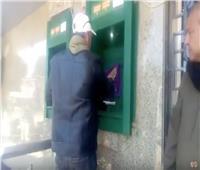 فيديو| مواطن يتطوع بتعقيم ماكينات الصراف الآلي قبل استخدام المواطنين بالمنوفية