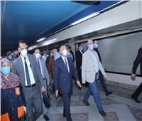 وزير النقل يتفقد محطة الشهداء ومركز التحكم للمترو لمتابعة حركة التشغيل
