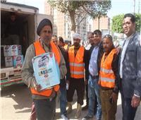 حزب المؤتمر بمنيا القمح يدعم عمال مجلس المدينة بمطهرات وقفازات