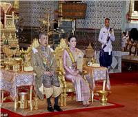 ملك تايلاند يعزل نفسه من كورونا بفندق فخم مع 20 محظية