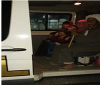 سيارة شرطة تنقل طفلا إلى المستشفى وقت الحظر