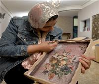 صور| «الطبيبة الفنانة» .. دكتورة الجلدية تُجمل المرضى والأثاث