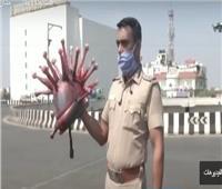شاهد | شرطي يرتدي خوذة على شكل «كورونا» لتشجيع الأهالي على البقاء بمنازلهم
