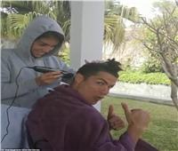 خليك في البيت| كريستيانو رونالدو يستعين بصديقته لقص شعره