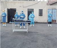 أطباء الحجر الصحي بالدقهلية يؤدون صلاة الجنازة على متوفاة بكورونا