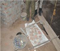 ضبط عامل في قنا عثر على جدار آثري أسفل منزله