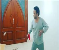 فيديو| سامح حسين يلعب التنس أثناء العزل المنزل