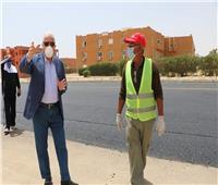 محافظ جنوب سيناء يتابع أعمال الرصف بمنطقة حي النور بشرم الشيخ وسط إجراءات وقائية واحترازية