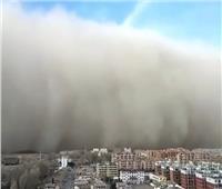 شاهد  عاصفة رملية قوية تضرب الصين ارتفاعها 100 متر