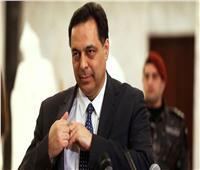 فيديو| في تصرف طريف.. رئيس الوزراء اللبناني «يمشط شعره» أمام الجميع