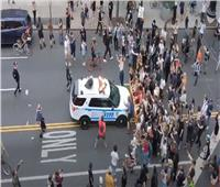 فيديو| سيارة شرطة تصطدم بالمتظاهرين في أمريكا.. والسلطات تبدأ التحقيق