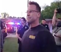 بالفيديو| شرطي أمريكي يشارك في احتجاجات «جورج فلويد»