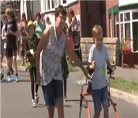 شاهد| طفل بريطانى مصاب بشلل دماغي في سباق ماراثون خيري