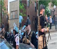 بالفيديو| رجل يحمل بندقية يتجول باحتجاجات جورج فلويد