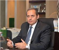 صور| رئيس البنك الأهلي: تركيب فواصل عازلة لحماية الموظفين من كورونا في جميع الفروع