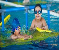 هل تنقل حمامات السباحة فيروس كورونا؟.. خبراء يجيبون