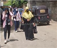 صور.. أولياء الأمور يستقبلون الطلاب عقب الخروج من لجان اللغة العربية