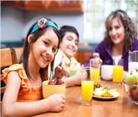5 قواعد صحية عند تناول الأطفال خارج المنزل