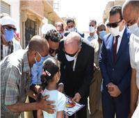 محافظ قنا يكرم ابنة قرية المخادمة المتميزة في الرسم