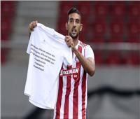 «كوكا» يوجه رسالة ضد العنصرية ويسجل هدفين في الدوري اليوناني