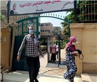صور.. توافد طلاب الثانوية العامة على لجان الامتحانات بمدرسة جمال عبد الناصر