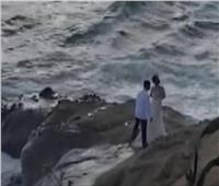 قررا عقد قرانهما على شاطئ البحر.. لكن الأمواج كان لها رأي أخر| فيديو