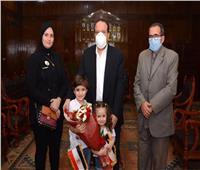 رئيس جامعة طنطا يكرم أسرة الشهيد فضل الله