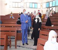 صور| رئيس جامعة الأزهر يتفقد لجان امتحانات الصيدلة بنين وبنات بمدينة نصر