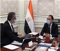 صور| وزير السياحة يلتقي رئيس الوزراء لمتابعه مشروعات تطوير المناطق العشوائية